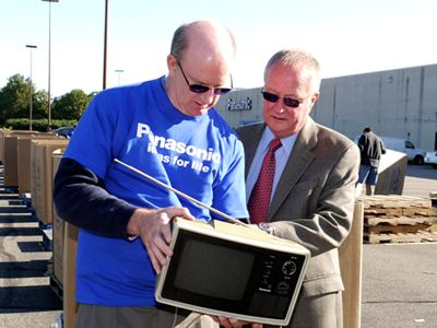 Image of David Thompson (l.) and Secaucus Mayor Rich Steffens examine a microwave oven that someone dropped off at a local electronics collection event.